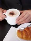 热奶咖啡新月形面包 库存照片