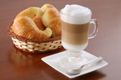 热奶咖啡新月形面包 免版税库存图片