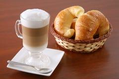 热奶咖啡新月形面包 免版税库存照片