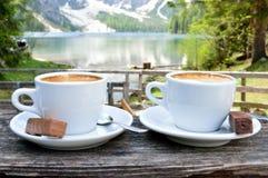 热奶咖啡有湖Braies -白云岩美妙的背景-意大利 免版税库存图片
