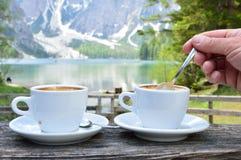 热奶咖啡有湖Braies -白云岩美妙的背景-意大利 免版税库存照片