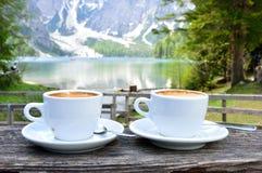 热奶咖啡有湖Braies -白云岩美妙的背景-意大利 库存照片