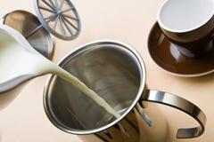 热奶咖啡泡沫做 免版税库存照片