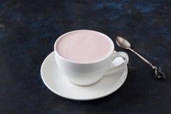 热奶咖啡用在瓷杯子的莓果 库存照片