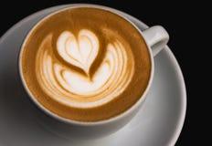 热奶咖啡艺术:心脏 免版税库存图片