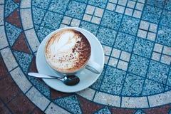 热奶咖啡表 免版税库存照片
