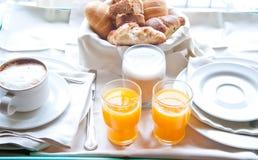热奶咖啡,新月形面包的橙汁意想不到的早餐  图库摄影