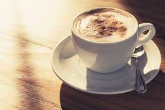 热奶咖啡 与牛奶泡沫的咖啡,被定调子 图库摄影