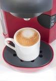热奶咖啡coffe和coffe机器 免版税库存图片