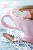 在葡萄酒桃红色杯子的热巧克力 免版税库存照片