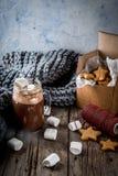 热巧克力和姜星 免版税库存图片