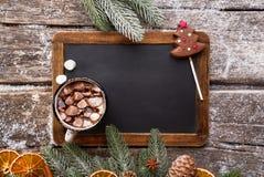 热巧克力和黑粉笔板 库存图片