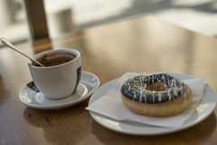 热巧克力杯子用用在一张木桌上的巧克力盖的多福饼 库存图片