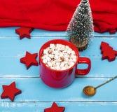 热巧克力用在一个红色陶瓷杯子的蛋白软糖 免版税库存照片