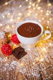 热巧克力用在一个陶瓷杯子的蛋白软糖在明亮木 免版税库存图片