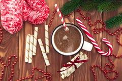 热巧克力用在一张木桌上的蛋白软糖 免版税库存照片