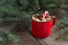 热巧克力用在木背景冷杉木的蛋白软糖 与棒棒糖和杯子的圣诞树用咖啡 热的可可粉w 免版税库存照片