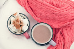 热巧克力用在桃红色杯子的蛋白软糖 免版税库存照片