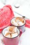 热巧克力用在桃红色杯子的蛋白软糖 免版税库存图片