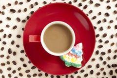 热巧克力用在红色茶碟的圣诞节曲奇饼用咖啡b 免版税库存图片