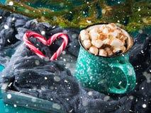 热巧克力用在绿色的蛋白软糖 库存图片