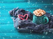 热巧克力用在绿色的蛋白软糖 免版税库存照片