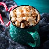 热巧克力用在绿色的蛋白软糖 图库摄影