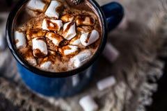 热巧克力用在金属的小的蛋白软糖盘旋 免版税库存照片