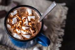 热巧克力用在金属的小的蛋白软糖盘旋 免版税库存图片