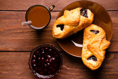 热巧克力用开胃小圆面包 在一个玻璃花瓶的樱桃果酱 甜小圆面包用蓝莓在木板阻塞 免版税图库摄影