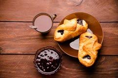 热巧克力用开胃小圆面包 在一个玻璃花瓶的樱桃果酱 甜小圆面包用蓝莓在木板阻塞 库存图片