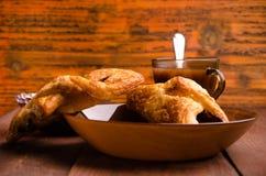 热巧克力用开胃小圆面包 在一个玻璃花瓶的樱桃果酱 甜小圆面包用蓝莓在木板阻塞 免版税库存图片