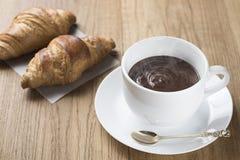 热巧克力用新月形面包 免版税库存图片