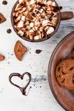 热巧克力用蛋白软糖和巧克力曲奇饼 爱 心脏 夫妇日例证爱恋的华伦泰向量 免版税库存照片