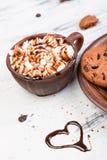 热巧克力用蛋白软糖和巧克力曲奇饼 爱 心脏 夫妇日例证爱恋的华伦泰向量 图库摄影
