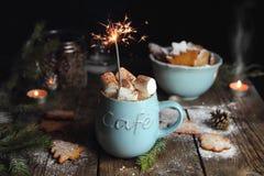 热巧克力用蛋白软糖和闪烁发光物 免版税库存图片