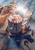 热巧克力用蛋白软糖糖果和闪闪发光点燃 库存图片