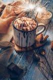 热巧克力用蛋白软糖糖果和闪闪发光 免版税库存照片
