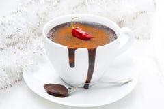 热巧克力用辣椒、桂香和圣诞节闪亮金属片 库存照片