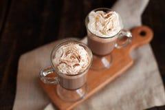 热巧克力装饰与被鞭打的奶油和可可粉 库存图片