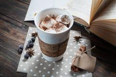 热巧克力饮料用蛋白软糖和书 免版税库存图片