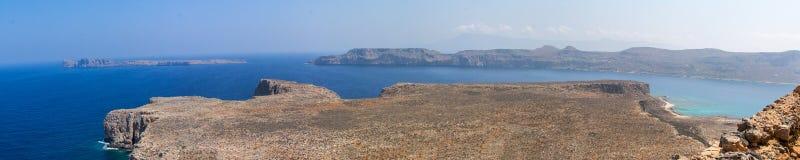 热带位于克利特的盐水湖和古老堡垒 免版税图库摄影