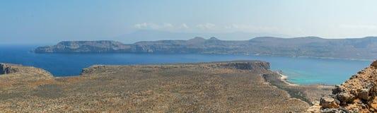 热带位于克利特的盐水湖和古老堡垒 免版税库存照片