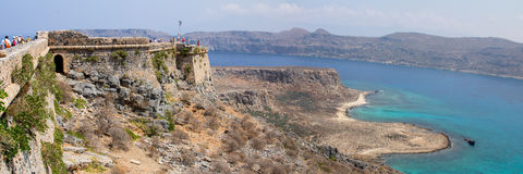 热带位于克利特的盐水湖和古老堡垒 库存图片