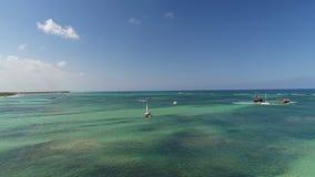 热带假期在蓬塔卡纳,多米尼加共和国 在海滩胜地的鸟瞰图 筏和速度小船在海 股票视频