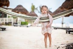 热带假期放松的可爱的小女孩 免版税库存照片