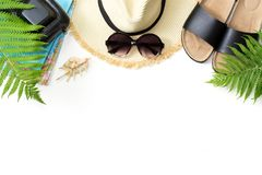 热带假期样式 秸杆海滩sunhat,太阳镜,海滩掴,蕨叶子在白色背景的 与拷贝spac的顶视图 图库摄影