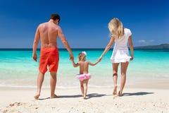 热带假期的愉快的家庭 免版税图库摄影