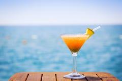 热带假期的概念 在码头的异乎寻常的鸡尾酒 Luxur 库存图片