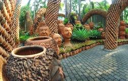 热带公园Nong Nooch在有陶瓷罐一个有趣的风景设计的芭达亚有面孔的 库存照片
